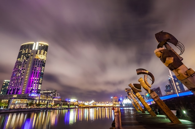 Une vue sur la rivière yarra à l'emblème du centre-ville de melbourne pendant le ni