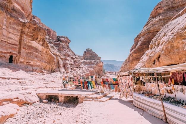 Vue des rochers et chemin vers le monastère de petra, en jordanie.