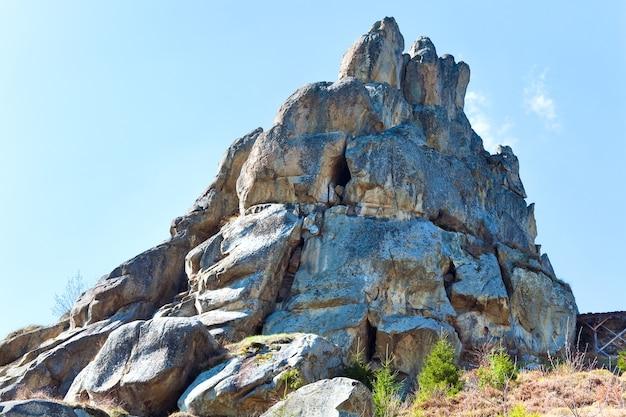 Vue sur les rochers d'urych- sur la place de la forteresse historique de tustanj dans les carpates (région de lviv, ukraine).