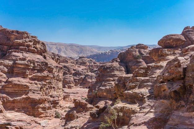 Vue des roches et chemin vers le monastère de petra, en jordanie.
