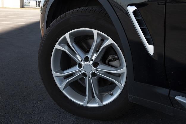 Vue d'une roue avec une roue en alliage léger d'une voiture prestigieuse