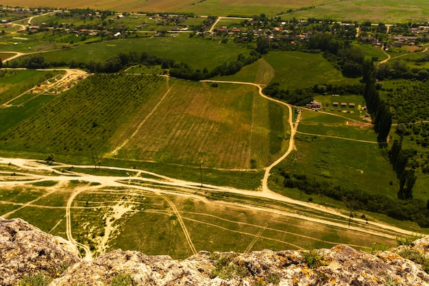 Vue d'une route de campagne dans un champ d'en haut. tir d'une hauteur, d'un trône, d'une vue plongeante. nature, paysage, route, chemin.