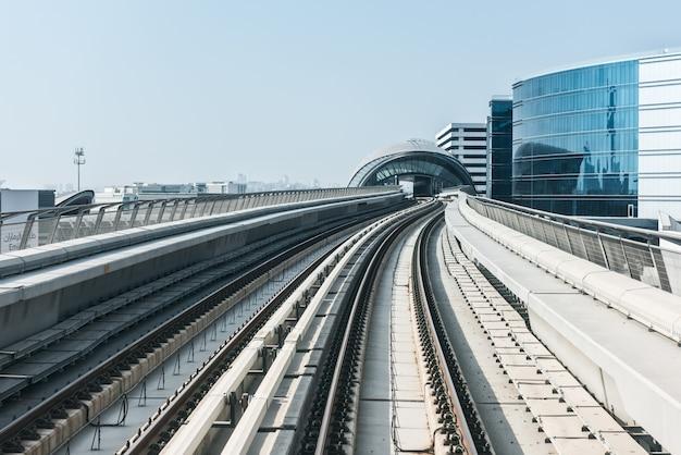 Vue sur la route du métro sur le centre-ville de dubaï