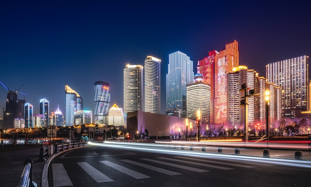 Vue de la route et de la nuit de l'architecture urbaine de qingdao