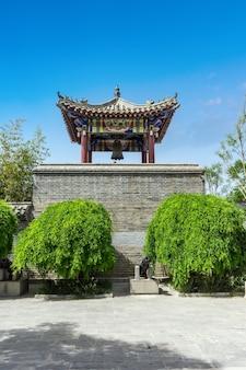 Vue sur la rue de l'architecture chinoise ancienne, mur de la ville, tour du château