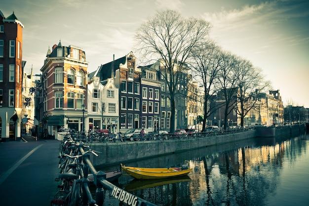 Vue sur la rue du canal d'amsterdam. prise de vue horizontale filtrée