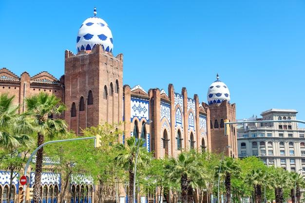 Vue de la rue à la façade des arènes monumentales de barcelone, espagne