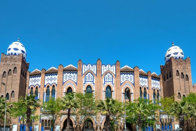 Vue de la rue à facede des arènes monumentales de barcelone, espagne