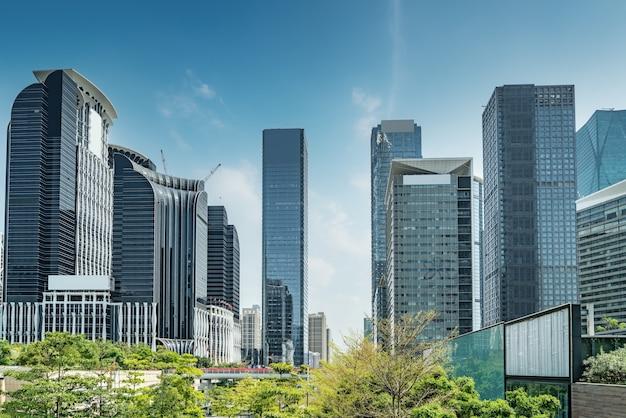 Vue sur la rue des immeubles de bureaux modernes