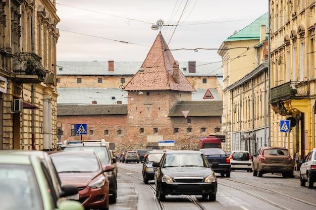 Vue de la rue de lviv avec manège militaire, ukraine