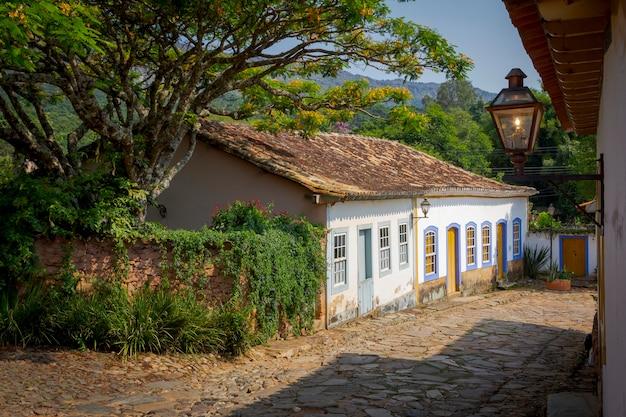 Vue sur rue avec maisons coloniales