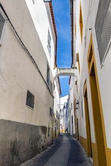 Vue d'une rue typique des villages de la région de l'alentejo, celle-ci vient de la ville d'evora, au portugal.