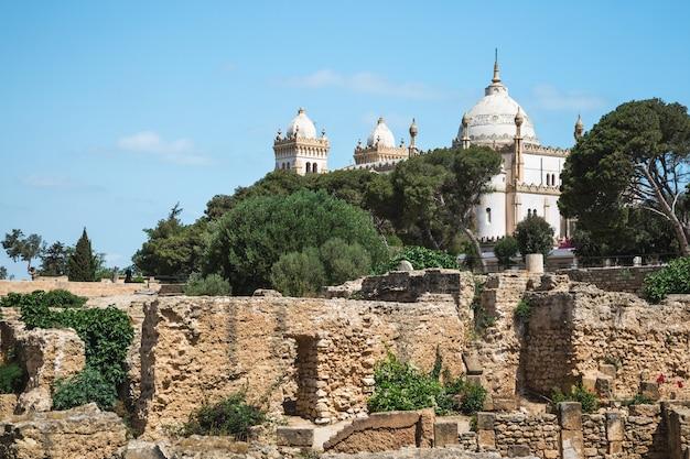 Vue des ruines du quartier punique sur la colline de byrsa sur la cathédrale saint-louis à carthage, en tunisie.