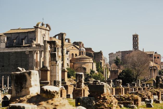 Vue sur les ruines d'un forum romain avec des sites célèbres à rome, italie.