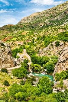 Vue sur le ruisseau kahta dans le sud-est des montagnes du taurus, turquie