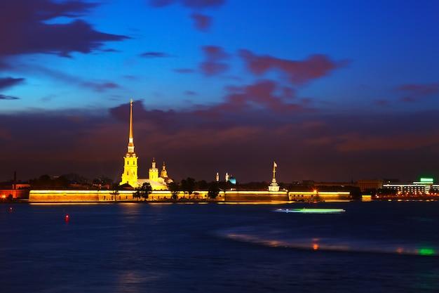 Vue de saint-pétersbourg en nuit