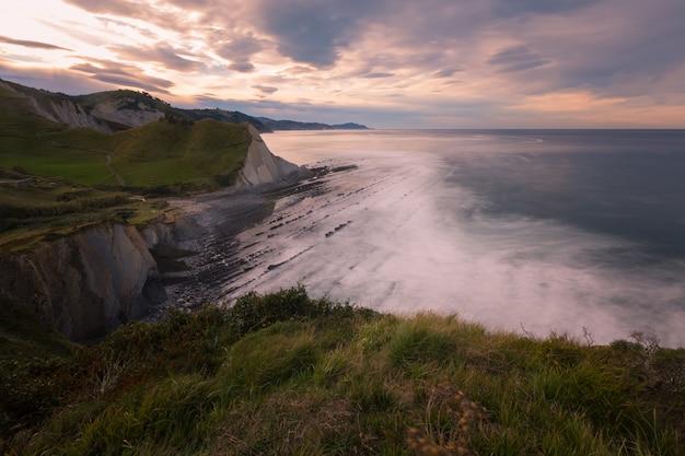 Vue de sakoneta au parc géologique flysch de zumaia. une plage célèbre pour la forme extraordinaire des rochers. au pays basque.