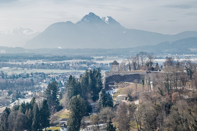 Vue de salzbourg et des alpes vous pouvez voir une partie du château et des arbres