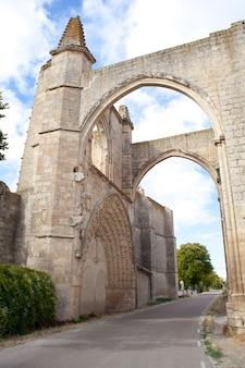 Vue de san anton, les ruines du couvent des antoniens. espagne