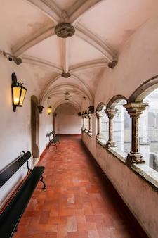 Vue d'une section de couloir du magnifique palais de pena, situé à sintra, au portugal.