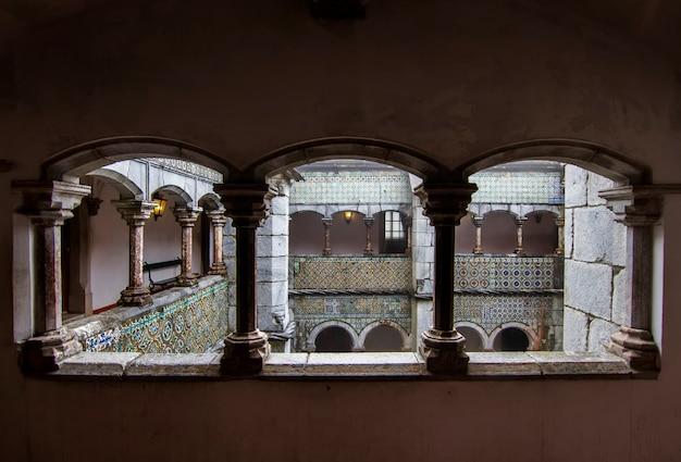 Vue d'une section du magnifique palais de pena, situé à sintra, au portugal.