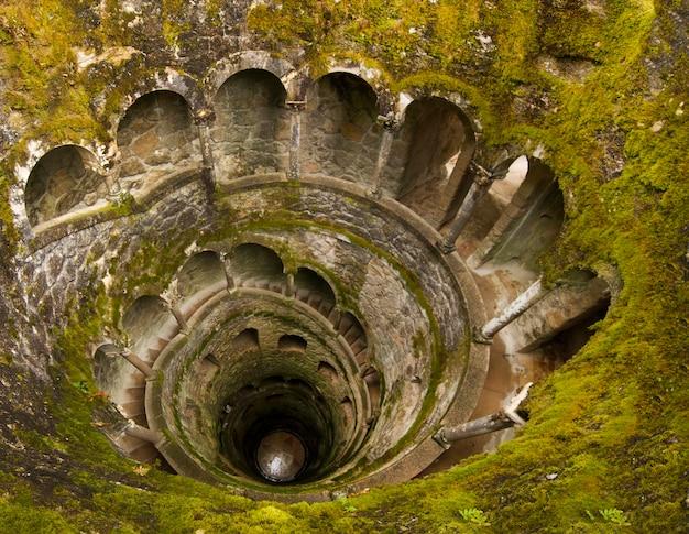 Vue d'une section du magnifique parc appelé quinta da regaleira, située à sintra, au portugal.