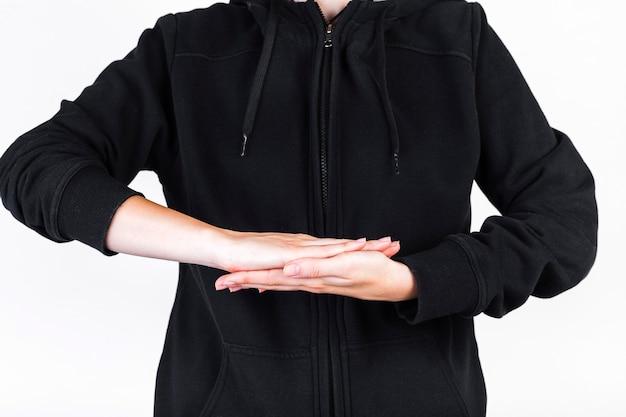 Vue de la section médiane d'une personne faisant signe de la main