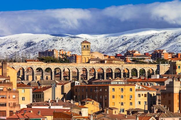 Vue de ségovie avec aqueduc romain et montagnes
