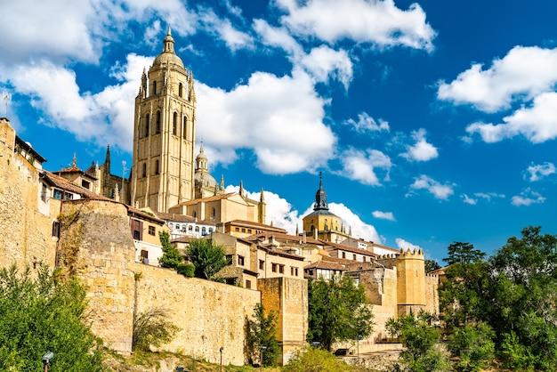 Vue de ségovie avec la cathédrale en espagne