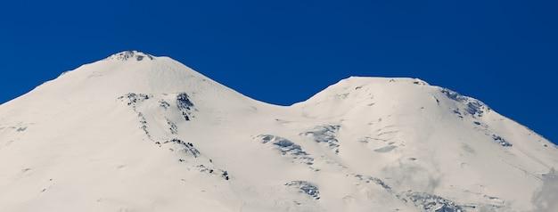 Vue de la selle du mont elbrouz depuis le nord des montagnes du caucase en russie.