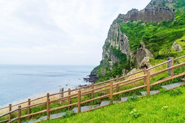 Vue de seongsan ilchulbong (cône volcanique) dans l'île de jeju.