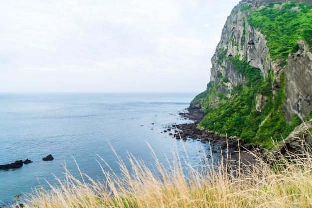 Vue de seongsan ilchulbong (cône volcanique) sur l'île de jeju.