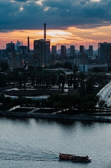 Vue sur la silhouette du centre d'affaires de la ville de moscou depuis le remblai nagatinskaya
