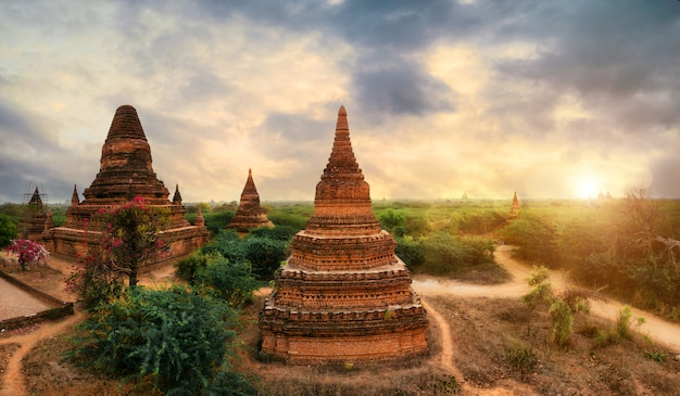 Vue sur le site historique de bagan. temples et ruines dans la jungle. concept sur les voyages et les monuments