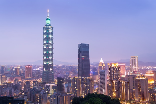Vue de la skyline de taipei pendant le crépuscule à taiwan