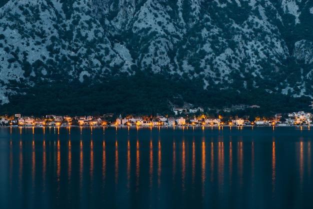Vue en soirée sur la baie de kotor et les villages le long de la côte.