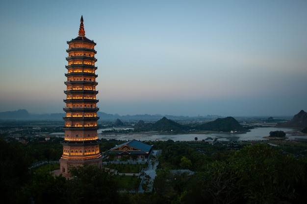 Vue de soirée de la pagode bai dinh à ninh binh, vietnam