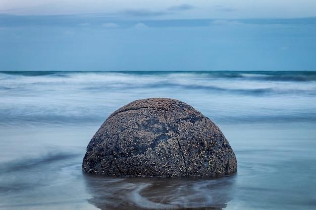 Vue de soirée de pierre sphérique parfaite à moeraki boulders beach, nouvelle-zélande