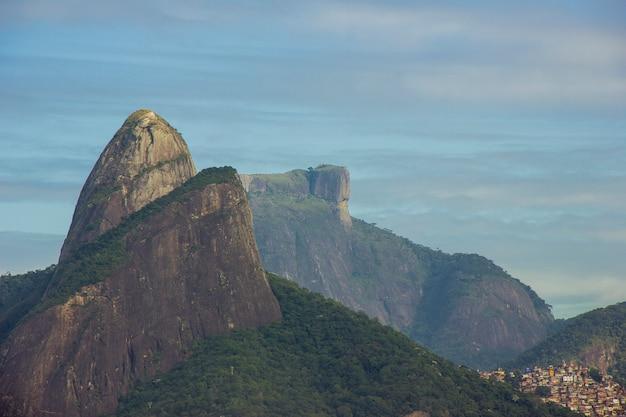 Vue sur les sommets de two brother hill (morro dois irmaos) et gavea stone à rio de janeiro