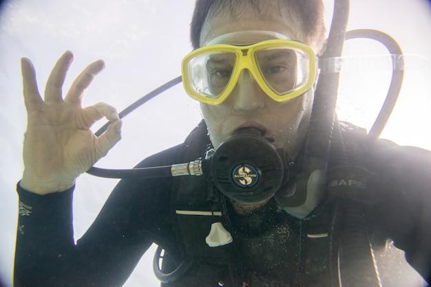 Vue sous-marine d'un plongeur en gestation, ixtapa, guerrero, mexique