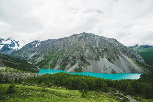 Vue spectaculaire de la colline à la vallée pittoresque avec grand beau lac de montagne.