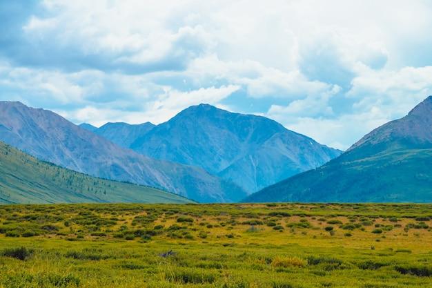 Vue spectaculaire des montagnes géantes sous le ciel nuageux.