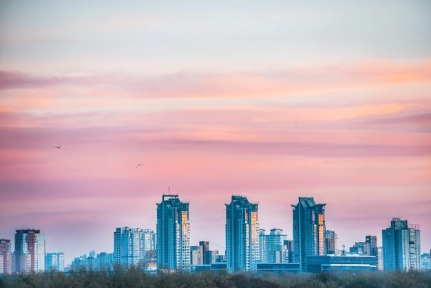 Vue spectaculaire sur la ville au coucher du soleil avec pont sur la rivière dniepr. kiev, ukraine