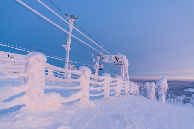 Vue sur la station de ski ruka, laponie finlandaise, froide journée d'hiver.