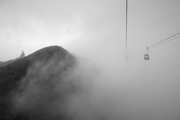 La vue de la statue de big buddha sur la colline de montagne à hong kong dans un jour de brouillard.
