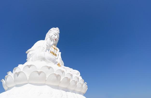 Vue de la statue de guanyin blanc au temple huay pla kang, chiang rei thaïlande