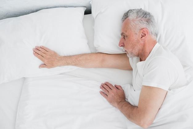 Vue supérieure, homme aîné, dormir