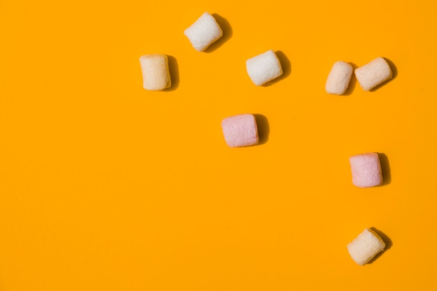 Une vue suré de guimauves sur un fond orange