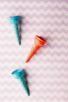 Vue surélevée de cornet de crème glacée vide sur fond texturé
