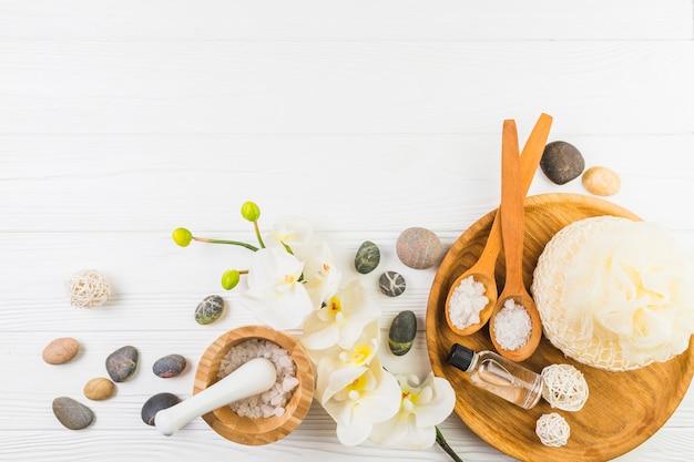 Vue surélevée de divers produits de spa sur fond en bois